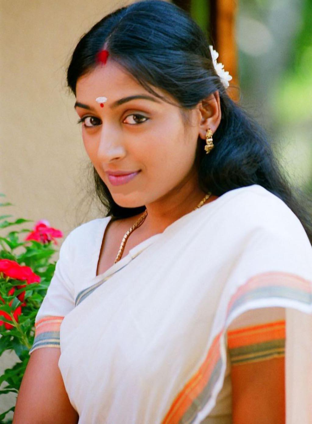 Mallu Actress Padmapriya In White Saree  Masala Pics-1364